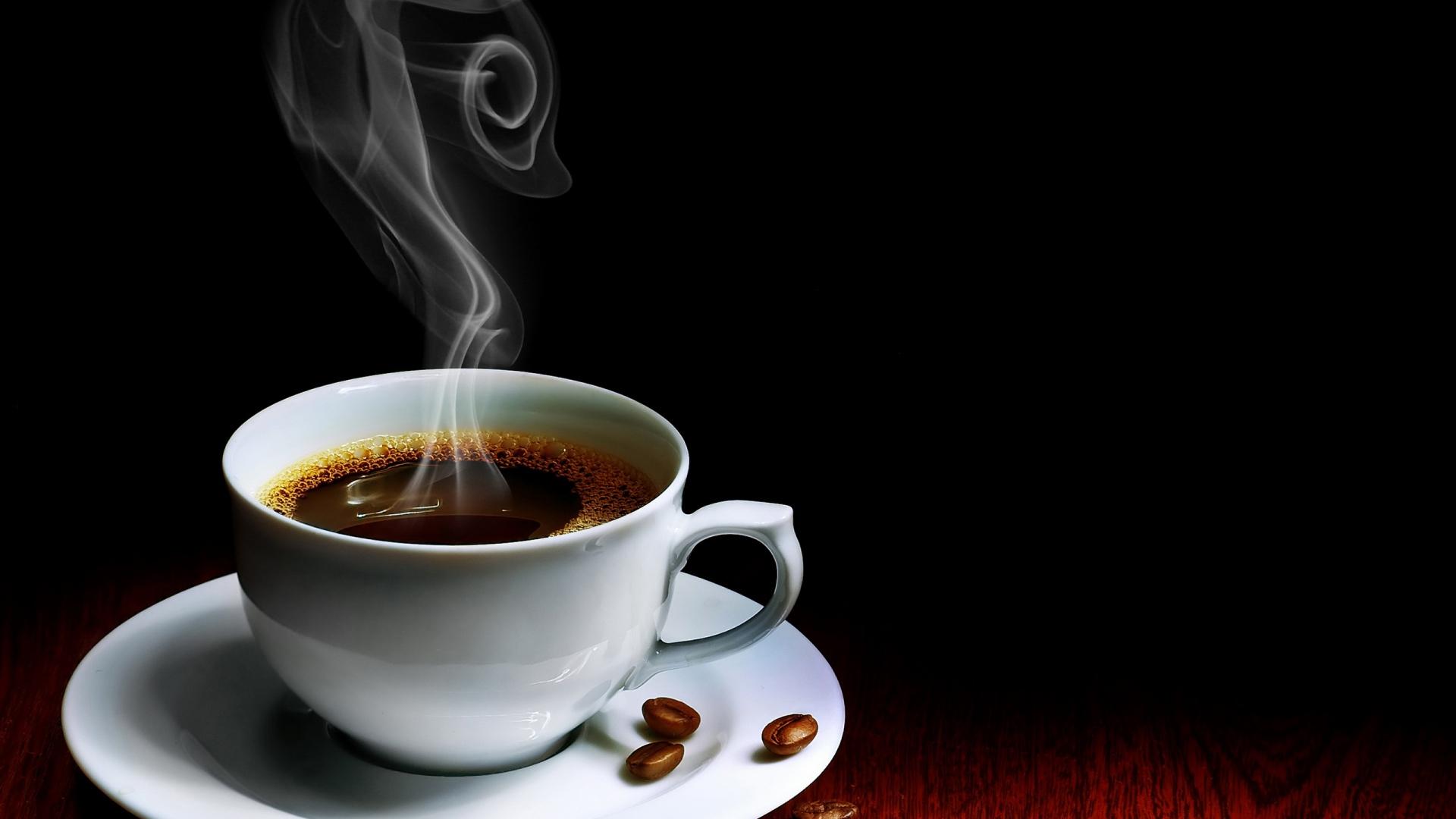 kaffee-bohnen-tasse-untertasse-dampf